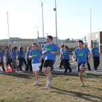 Los participantes de la marcha realizando unos ejercicios de calentamiento.
